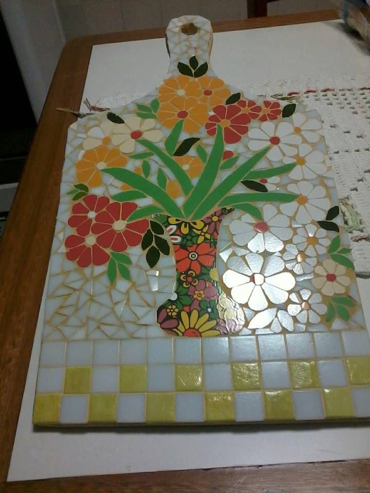 Tábua decorativa em bambú revestida em delicado mosaico de azulejos e pasitlhas de vidro, by Sueli Cemin