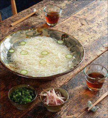 大振りな器には、素麺を大胆に盛り付けて。重厚感のあるやちむんに、涼やかな素麺がよく映えます。