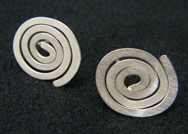 Espirales!! #andresrodriguez #joyeriacolombia #diseñocolombia #hechoamano #joyeriacontemporanea #artjewellery