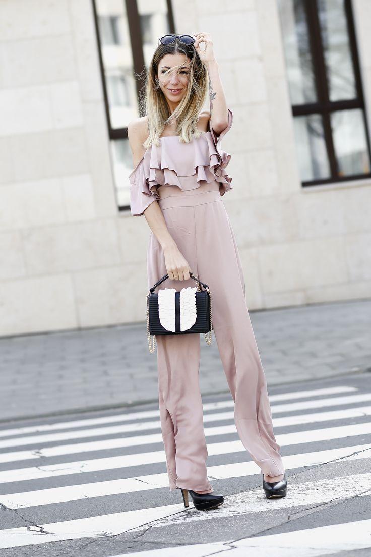 kommt jemand mit nach Venedig? http://minamia.de/outfit-rosa-jumpsuit-w-romantic-moschino-handbag/ // Fashionblog Köln / Streetstyle / Mode / Trends 2017 / Spring / Fashion / Outfit / OOTD /Summer / chic /Jumpsuit / Handbag