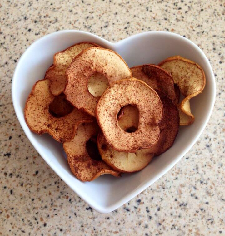 Slimming world apple crisps at 1.5 syns per 100g Slice your apples and cover with cinnamon and sweetener then bake in the oven for about 40 mins