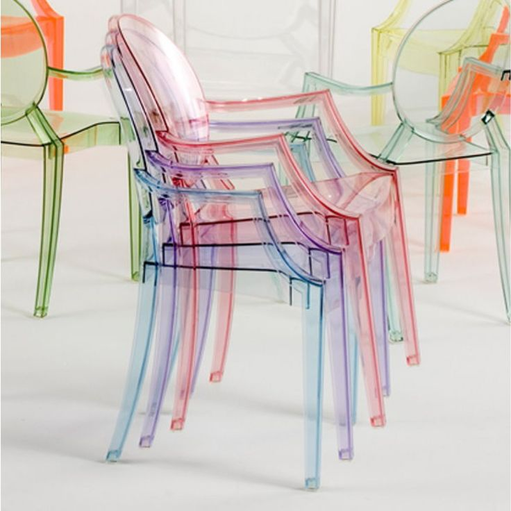 Chaise empilable Louis Ghost par Kartell avec accoudoirs en polycarbonate transparent