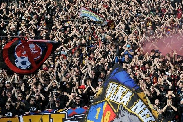 JDEME A FANDÍME! Momentka z průvodu sparťanských fanoušků na pražské derby