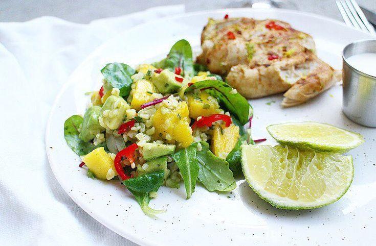 Härligt lunchtips: Lime- och chili stekt kyckling med bulgur-, mango- och avokado-sallad. & KALL VITLÖKSSÅS:  crème fraîche vitlökspulver salt chili flakes  🌶 Recept finns på min blogg. (Länk i min profil)