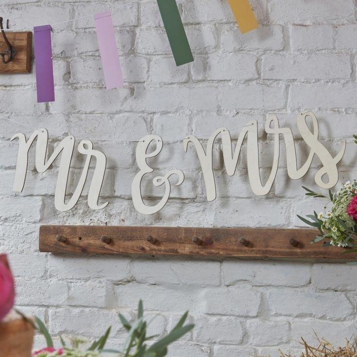 Deze prachtige houten Mr & Mrs slinger is de perfecte decoratie voor de trouwlocatie. Hebben jullie een boho of festival thema? Dan mag deze gave slinger niet ontbreken!  www.bedankje.nl