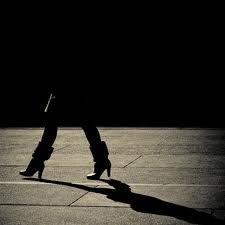 La mujer de la sombra negra en la calle