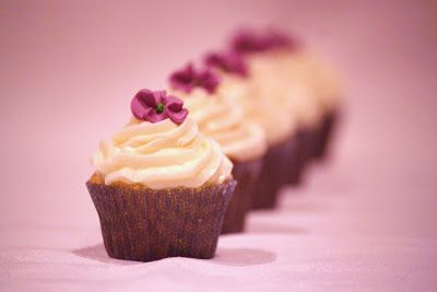 Oscar's Lunch: Fairy Cakes with Parma Violet Icing (Rainbow Recipes, Violet)