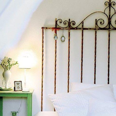 A grade velha de portão ia para o lixo... Virou um luxo de cabeceira, cheia de amor e histórias muitas pra contar!!! ♻️ #diy #reusando #recycle #retrofit #garimpo #diy #upcycling #novosusos #ecofriendly #interiorstyle #inside #bedroom #facavocemesmo #comaçúcarcomafeto #decorideas #decoration #ideas #loveit #interiodesign #aqinteriores