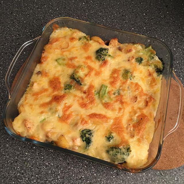 Broccoli-ovenschotel met kip, champignons en krieltjes. Vandaag eens iets nieuws geprobeerd! En ik moet zeggen niethellip