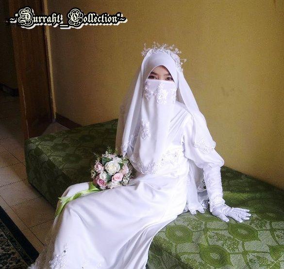 Woman wearing a beautiful white niqab