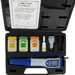 http://www.termometer.se/Vattentat-pH-Konduktivitet-TDS-Salinitet-och-Temperatur.html  Vattentät pH/Konduktivitet/TDS/Salinitet och Temperatur  Mikroprocessorbaserat instrument för snabb och noggrann mätning, som även är IP67 klassat (vattentätt) och har stor LCD-Display. Kalibring sker enkelt med medföljande kalibreringsvätskor.   Utbytbar givare gör att instrumentet kan användas länge.   Levereras i stöttålig bärväska i hårdplast...