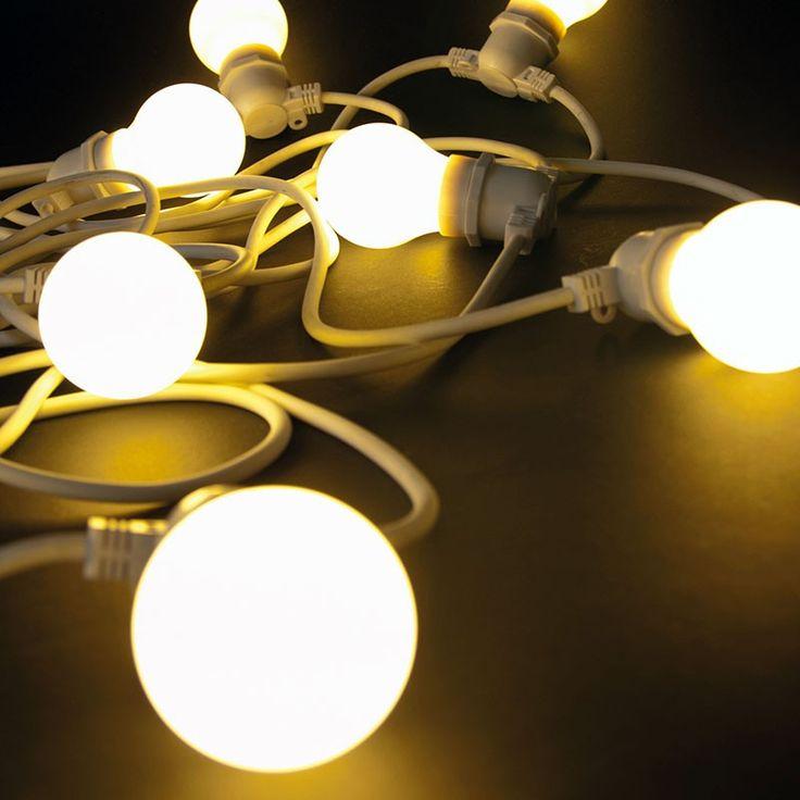 Un filo e <strong>10 lampadine a LED</strong> per decorare i tuoi spazi all'aperto in modo semplice ma d'effetto. <strong>Bella Vista</strong> può essere posizionato in un porticato, nei rami degli alberi in giardino o su un gazebo in terrazza: il risultato scenografico è assicurato, grazie alle luci che <strong>riscaldano visivamente gli spazi</strong> rendendoli ancora più accoglienti.   Suggerimento: puoi completare Bella Vista con i <strong>Paralumi Metallo</strong> o in silicone…