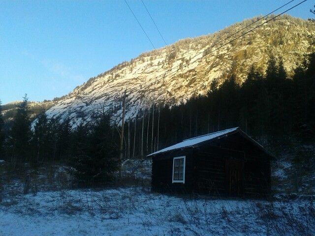 Vakkert når solen kommer ned fjellsiden