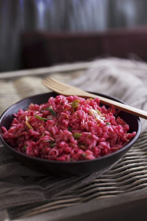 Risotto con rape rosse: un prelibato primo piatto a base di riso Carnaroli e crema di barbabietole; scopri la ricetta e segui le istuzioni.