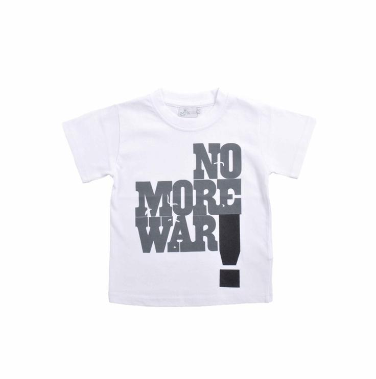 Franela para niño, en color blanco.  Estampado en gris y negro. No More War!