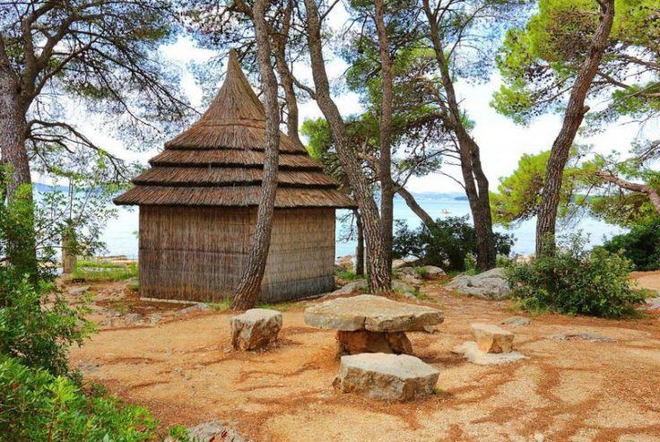 Pine beach Chorvatsko bunglov a kamenný stůl