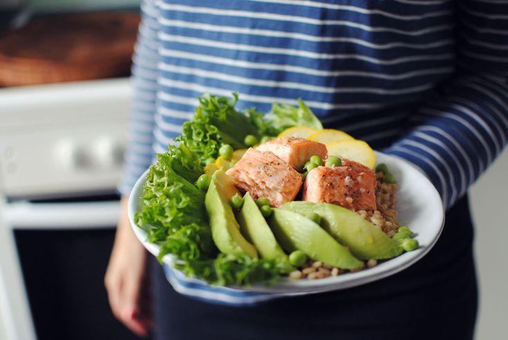 Opskrift: Salat med laks og lynsyltede squash