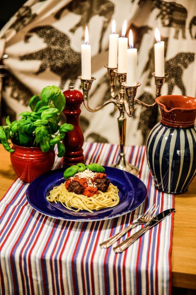 Köttbullar i egengjord tomatsås och pasta