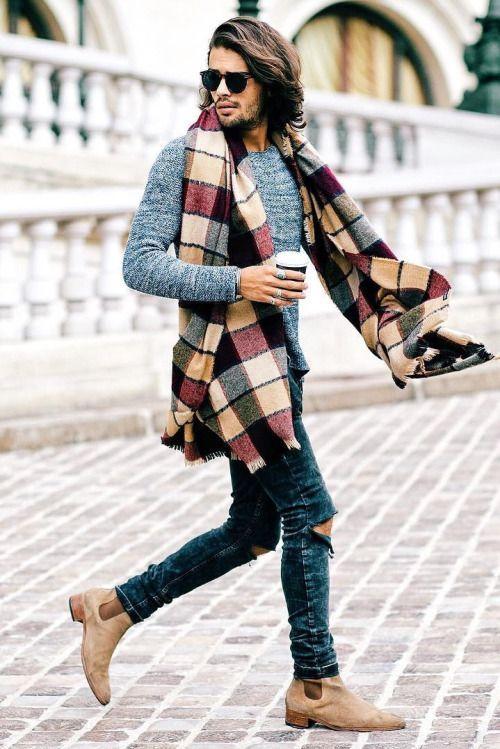 Echarpe plaid portée avec un jeans slim, un pull gris chiné et des chelsea boots beige #look #mode #style #menstyle #streetstyle #rock #denim #slim #plaid #echarpe #scarf #casual #winter