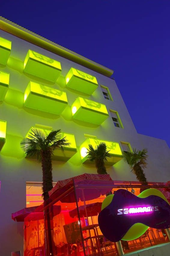 Who said vibrant and colorful? This is Semiramis calling! Found on mimoa.eu