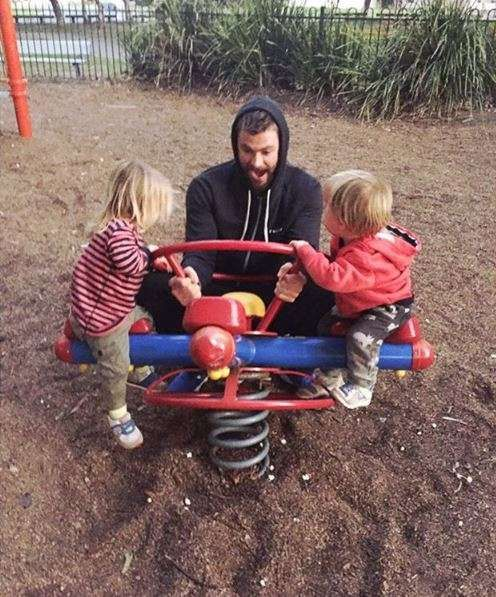 4. September 2016      In Australien ist Vatertag und Chris Hemsworth verbingt die Zeit mit seinen Kindern auf dem Spielplatz.