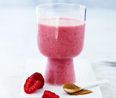 Bjud på laktosfri hallonsmoothie med spännande smak av lakrits. Mixa och servera som dessert eller en spännande frukost.