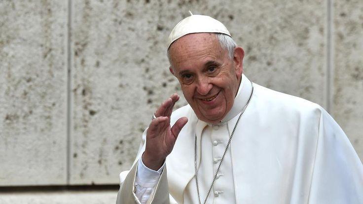 """Un quotidien italien a affirmé qu'une """"tumeur guérissable"""" avait été découverte dans le cerveau du souverain pontife. Il s'agirait toutefois de """"nouvelles infondées"""", selon le Vatican. Le pape François serait-il malade ? C'est en tout cas ce que croit..."""