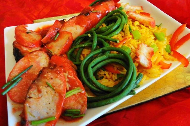 Moksie Metie Alesie Speciaal (gele rijst met geroosterde kip, varken en worst)