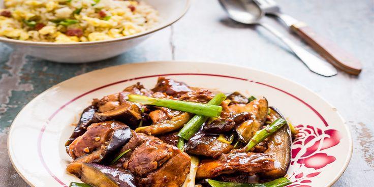 De sleutel tot succes van dit gerecht is de manier waarop je dunne sojasaus omtovert tot een zoetzure, stroperige saus