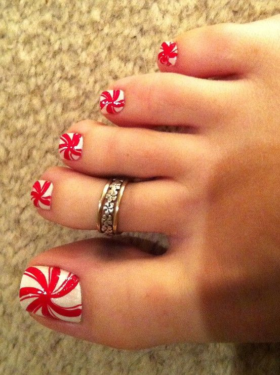 Cute Christmas design for toe nails.