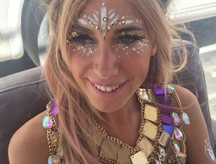 maquillage de fete, maillots de bain violet, tatouage en argent, accessoire ethnique, coloration blonde, maquillage hippie