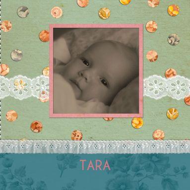 Een nostalgisch lief geboortekaartje met retro stippels, kanten linten en foto van dochter op een groene achtergrond.