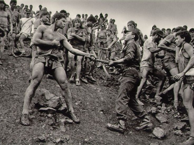 La hambruna en El Sáhel en África, los estragos del genocidio en Ruanda y las lágrimas derramadas en Bosnia y Kuwait, son ejemplos de las fotos de Salgado.