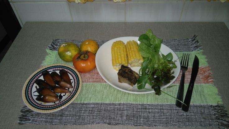 Alface crespa,  agrião,  radiche,   milho, pinhão,  costela de gado assada, caqui e bergamota.
