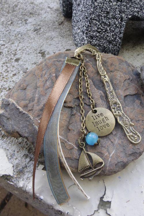 marque page thème mer, petit bateau et médaille, perle bleue et trois rubans