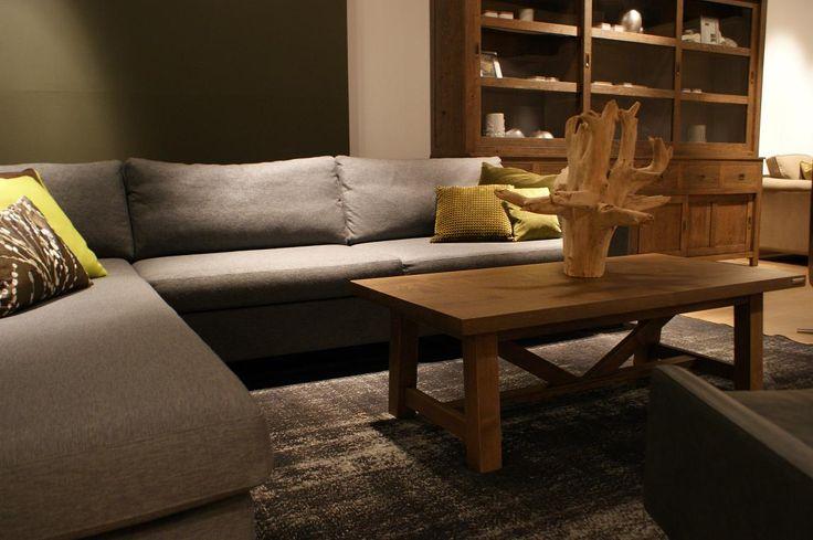 BAAN showroom Waddinxveen I De nonchalante Skelta bank is erg mooi in combinatie met stoer hout. l 2014