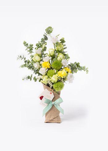 MINT | Burlapa sarılmış yeşil-beyaz güller, solidago, krizantem, statis, green trick, lisianthus, okaliptus. | Bloom and Fresh