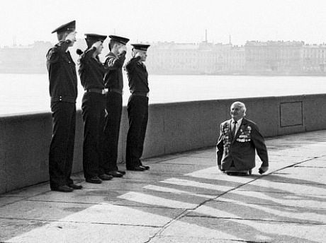 this man who lost his legs in battle was saluted by 4 soldiers.