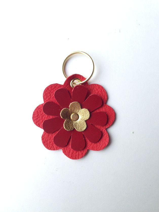 Bunter Blumen-Schlüsselanhänger handgefertigt aus echtem Leder. Der Schlüsselanhänger ist ca. 7 lang und hat eine Breite von ca. 7cm (gemessen ohne Schlüsselring). Die Farbe des Schlüsselrings...