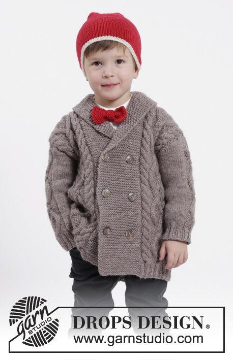 Charming Cooper / DROPS Children 26-16 - Conjunto de chaqueta de punto con trenzas y cuello chal, gorro con pompón y pajarita en DROPS Karisma. Talla niños 3 - 12 años.