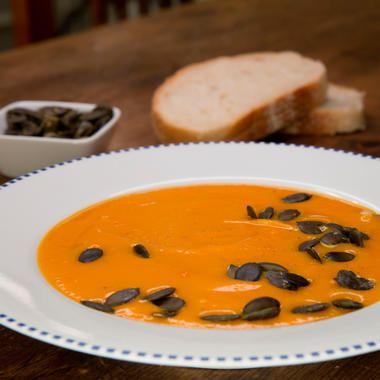 Die ersten Kürbisse sind schon zu haben und wir feiern das mit einer samtig-leckeren Kürbissuppe - noch dazu mit wenig Kalorien!