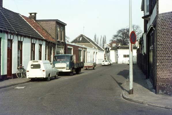 1974. Westerstraat. Je kijkt richting de binnenstad. Het witte huis in het midden staat op de hoek van de Poulinkstraat.