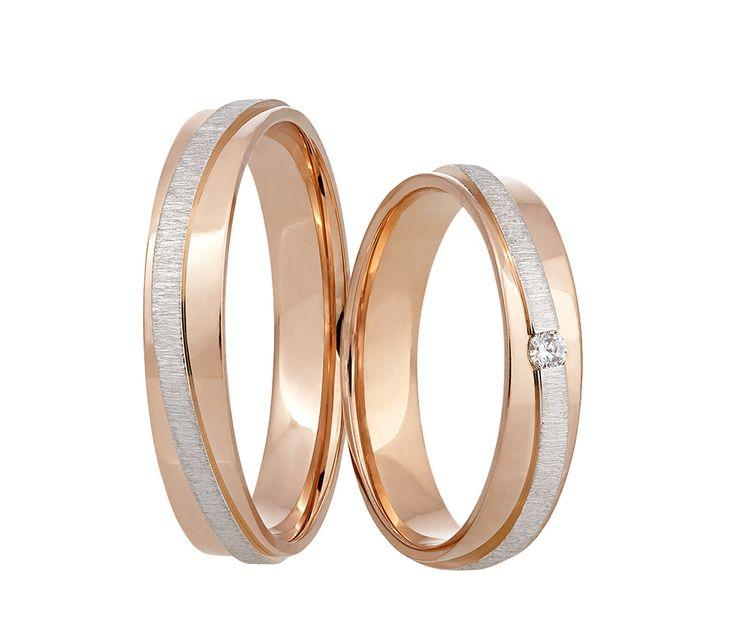 Úchvatné snubní prsteny, které na vaší ruce zaručeně vyniknou. Červený lesklý povrch je doplněn vystouplým proužkem z bílého zlata, zdobeného diamantovým matem. Dámský prsten navíc zdobí jeden třpytivý kámen.