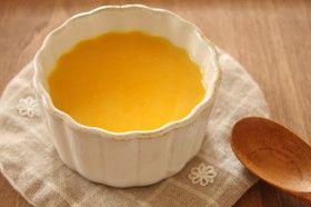 かぼちゃの冷たいスープ  甘みがあり、さらりとして飲みやすいスープです。はちみつが、かぼちゃの甘さをよりひきたててくれます。  soyon2 材料 (4人分) かぼちゃ1/4個 (270g) 玉ねぎ1/8個 (25g) バター10g 水1カップ 牛乳1カップ 塩小さじ1/2弱 はちみつ大さじ1