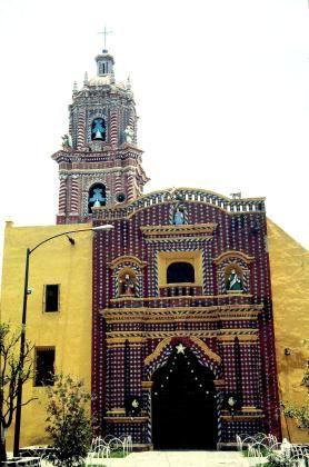Exterior Iglesia de Santa María Tonantzintla.  arquitectura Mexicana realizada en el siglo XVIII
