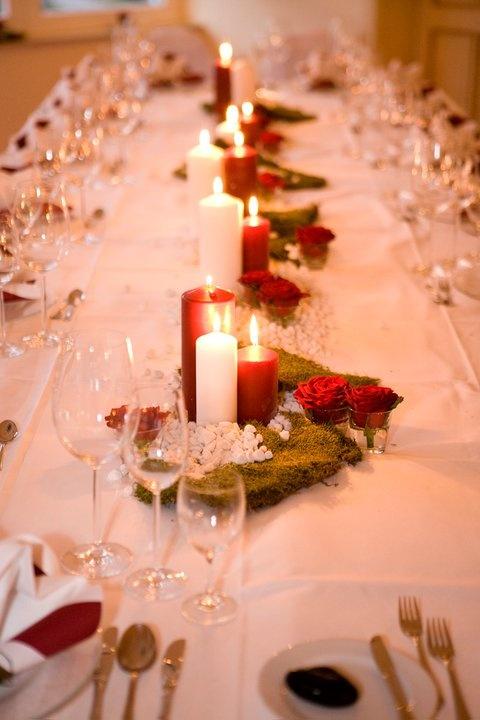 Natürlich mit Flusskieseln und Moos, für die elegante Note rote Rosen - Natural materials wedding - www.riessersee-hotel.de