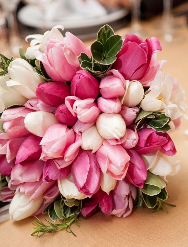 Estamos na temporada das tulipas no Brasil, e nossa parceira a Florisity nos deu algumas dicas para cuidar bem deste tipo de flor delicada e invernal, seja em arranjos ou vasos. As dicas chegaram bem a tempo do Dia dos Namorados, onde a tulipa é uma das escolhas favoritas dos apaixonados na hora de presentear.