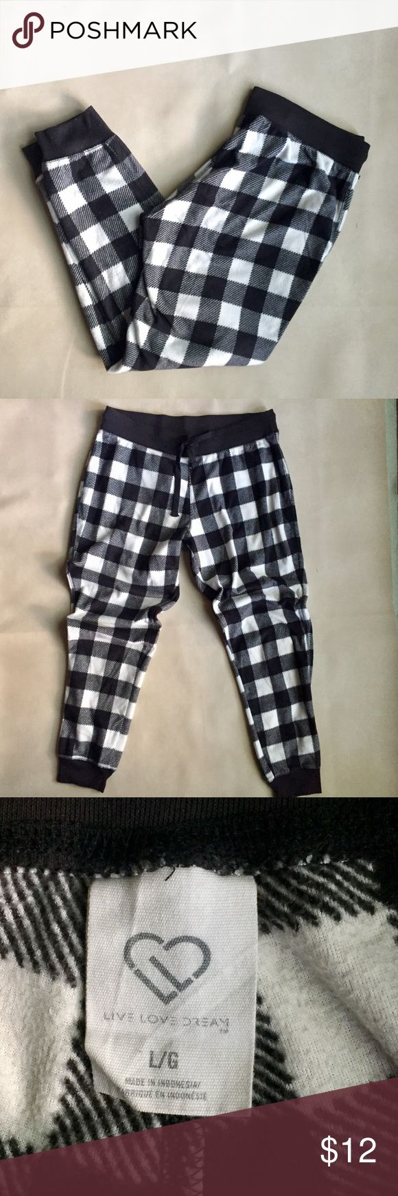 AEROPOSTLE Black & White Window Pane Skinny Sweats Partially leggings but with a looser fit so more of a skinny with fitted ankle sweat pants. Sooo comfy and very cute. You can wear them out and about and no one will accuse you of wearing PJs. SIZE LARGE BUT FITS LIKE A MEDIUM Aeropostale Pants Track Pants & Joggers
