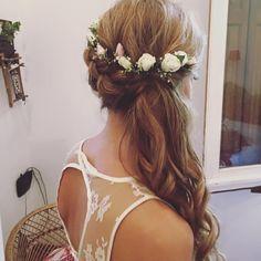 Peinado de Novia a un lado, dejando la espalda descubierta. Trenzas y una corona de flores naturales completan un look infalible para una novia! Gisela becchio Make Up Artist