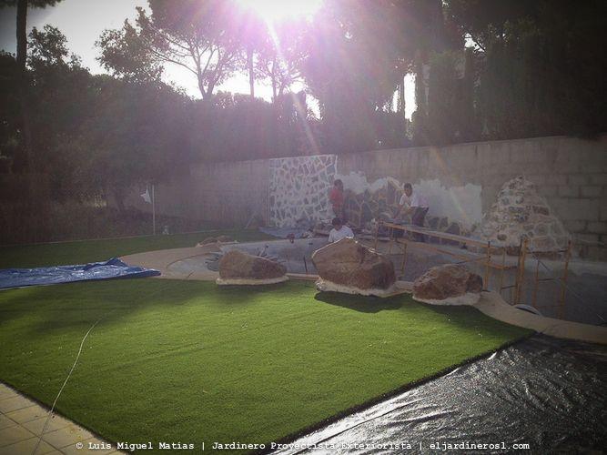 Instalación de césped artificial 4G y tematización de piscina en La Juliana Sevilla.